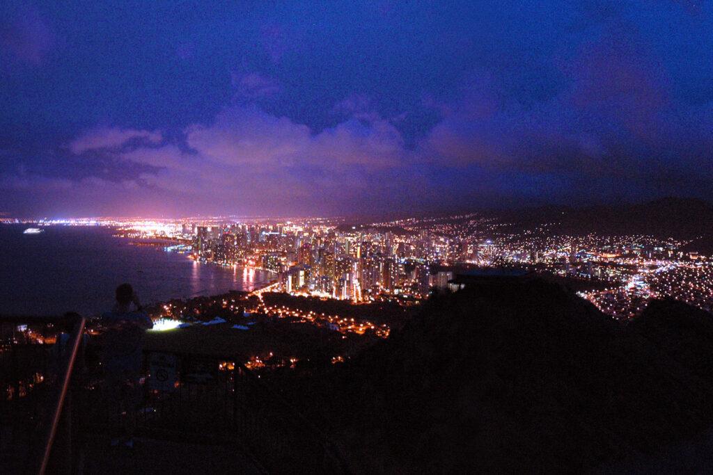 山頂から眺める夜明け前のワイキキ
