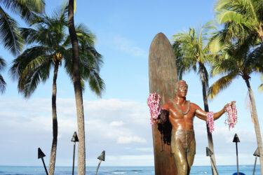 ワイキキビーチの銅像にもなっているデューク・カハナモクって何をした人?