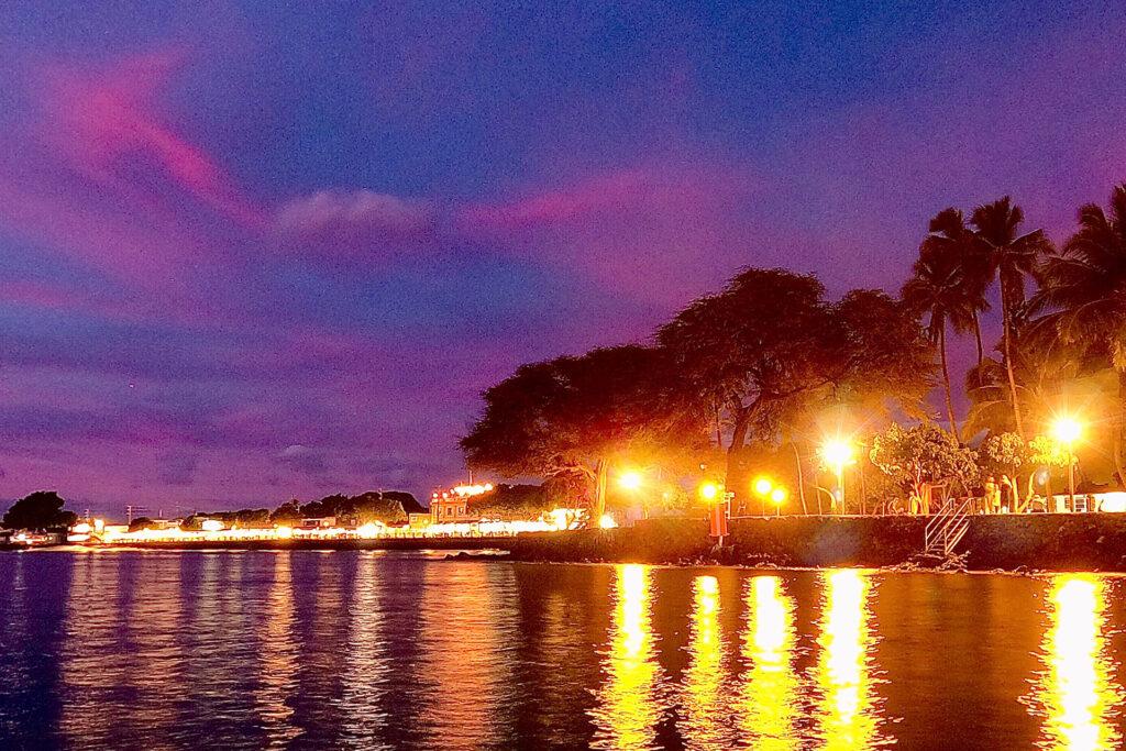 夜のラハイナの海沿い