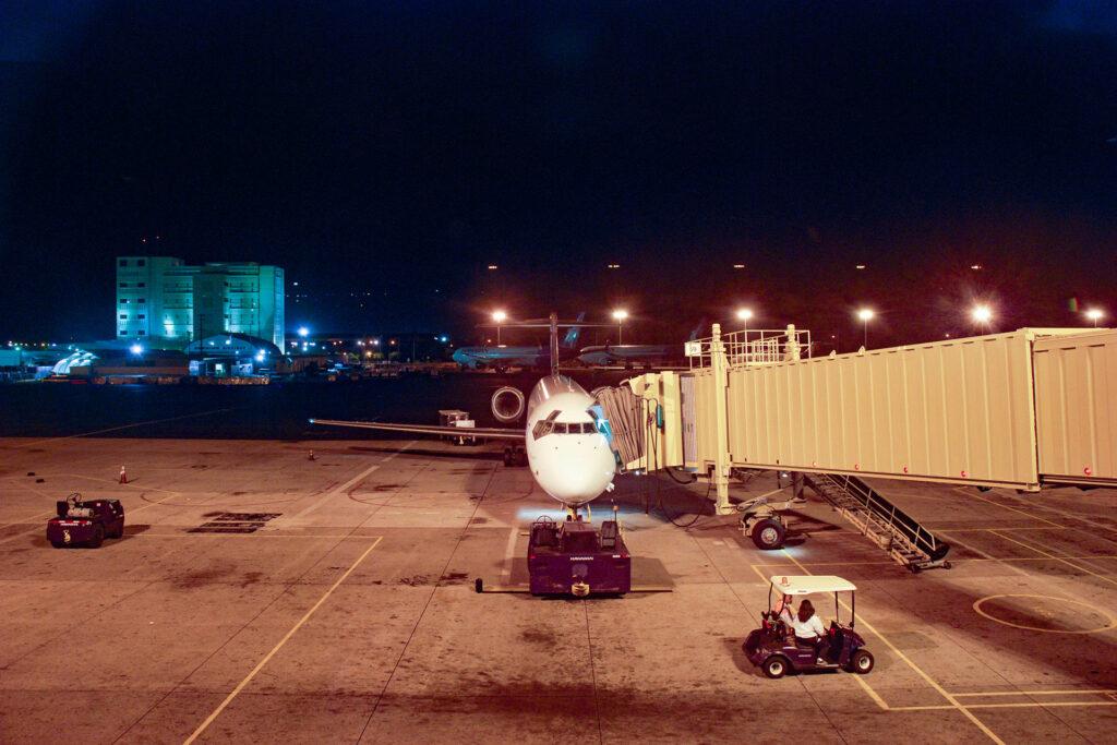 まだ真い午前5時のホノルル空港